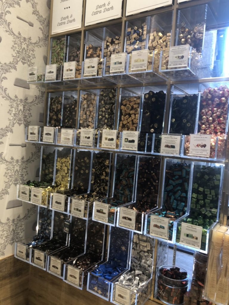 ヴェネツィアのvenchi店内で販売されている量り売りのチョコレート