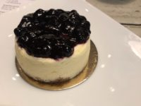 デュッセルドルフのカフェ、PYC cheesecake & galleryのブルーベリーのレアチーズケーキ