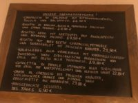 デュッセルドルフのイタリアレストラン、L'animaの日替わりメニューが書かれたブラックボード
