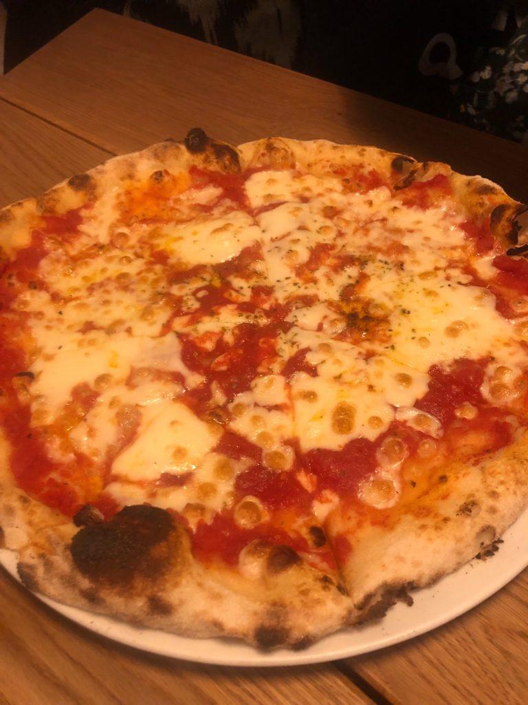 デュッセルドルフのイタリアレストラン、L'animaのマルガリータピザ