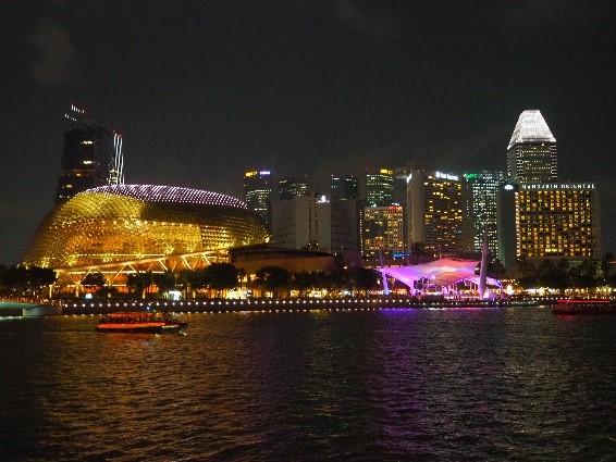 シンガポールのレーザーショークルーズから見たスペクトラ (SPECTRA)