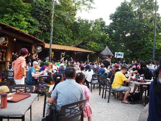シンガポールのナイトサファリのレストラン混雑の様子
