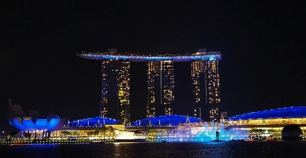 シンガポールのマーライオンパークから見たスペクトラ (SPECTRA)
