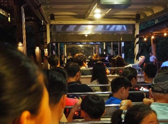 シンガポールのナイトサファリのトラム内部