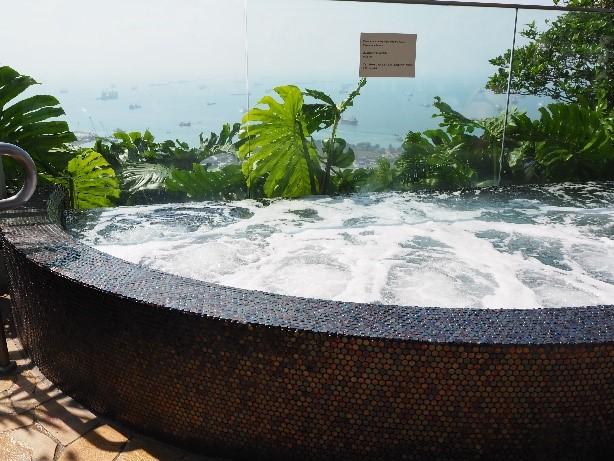 シンガポールのマリーナベイサンズのインフィニティプールにあるジャグジー