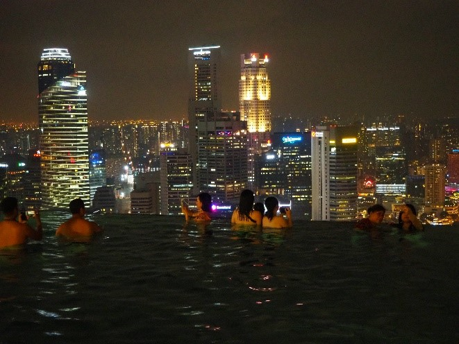 シンガポールのマリーナベイサンズのインフィニティプールから見える夜景