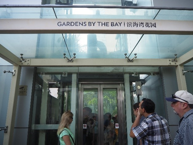 シンガポールのマリーナベイサンズホテルからガーデンズバイザベイ(Gardens by the Bay)へ行くエレベーター