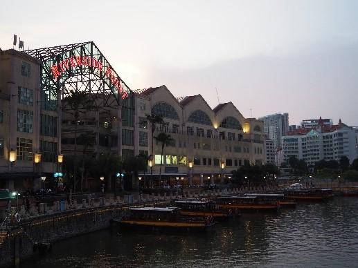 シンガポールのリバークルーズの船