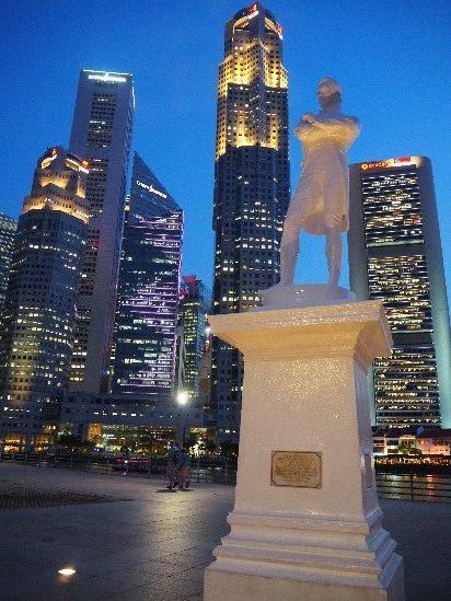 シンガポールのラッフルズ上陸記念の地の銅像