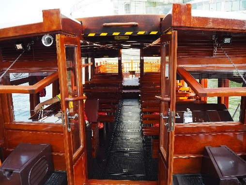 シンガポールのリバークルーズの船の内部