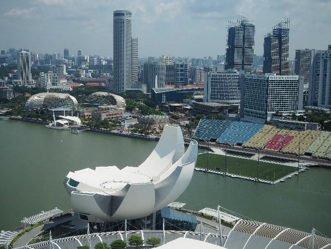 シンガポールのサンズ・スカイパーク展望デッキ(sands skypark observation deck)から見える、アートサイエンス・ミュージアム(ArtScience Museum)