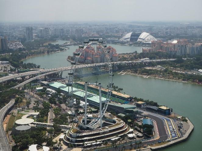 シンガポールのサンズ・スカイパーク展望デッキ(sands skypark observation deck)から見える、シンガポール・フライヤー(Singapore Flyer)