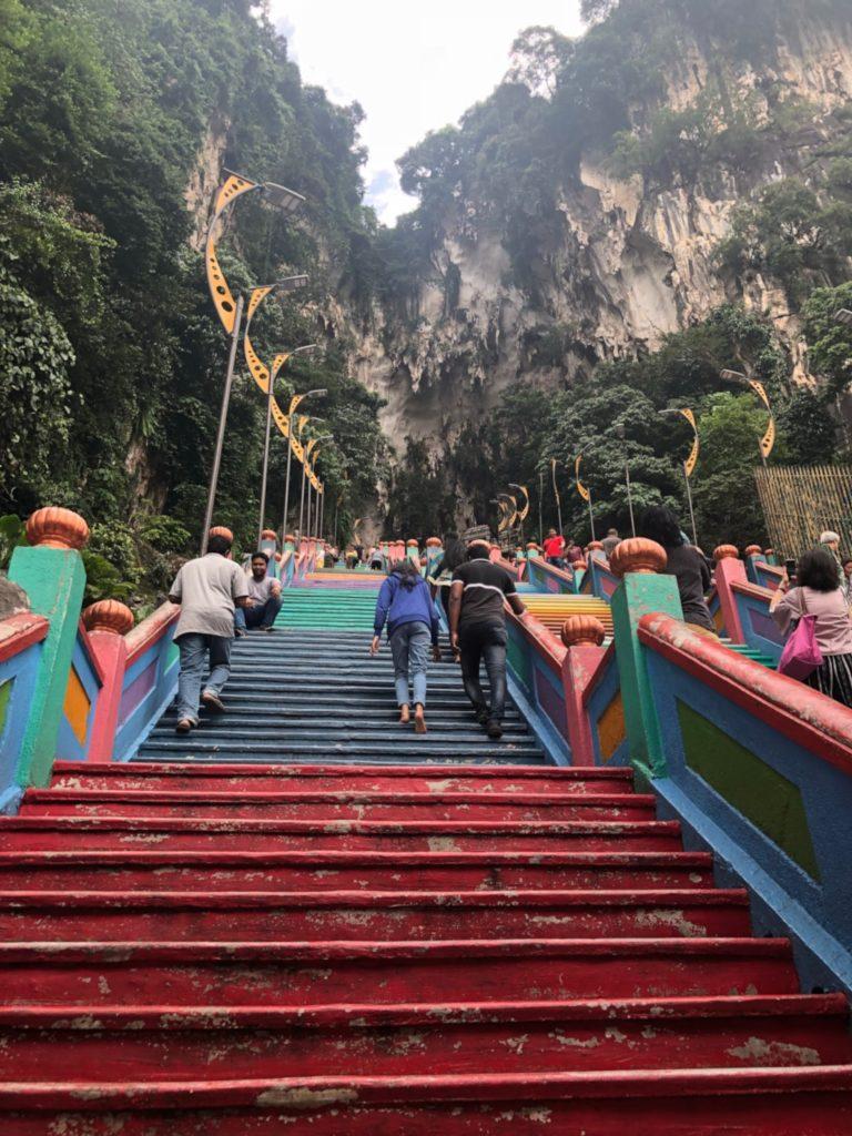 マレーシアのバトゥ洞窟のカラフルな階段