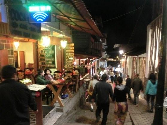 観光客賑わう夜のマチュピチュ村の様子