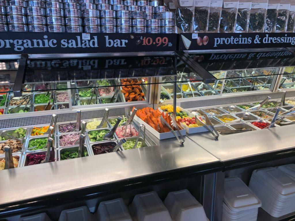 LAの超高級スーパー、エレウォン(Erewhon Market)店内のオーガニックカフェコーナーのサラダバー