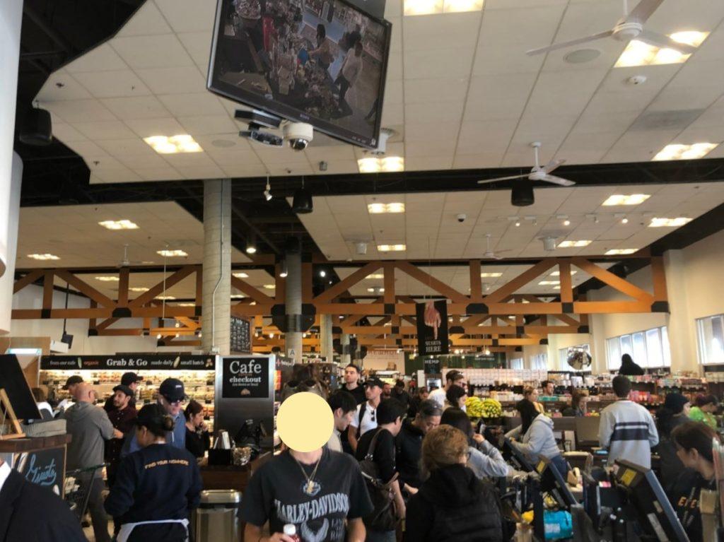 LAの超高級スーパー、エレウォン(Erewhon Market)店内の賑わう様子