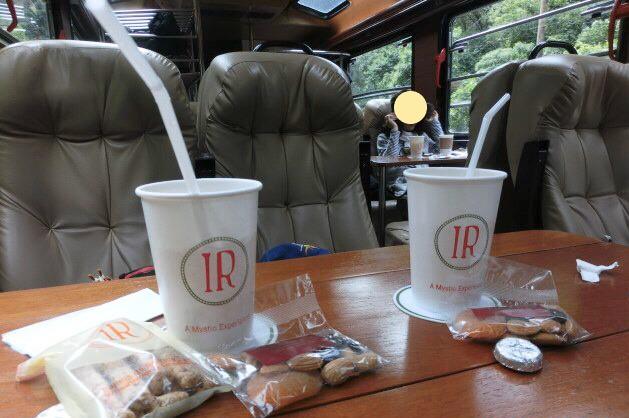 インカレール(Inca Rail)車内の様子と軽食サービス