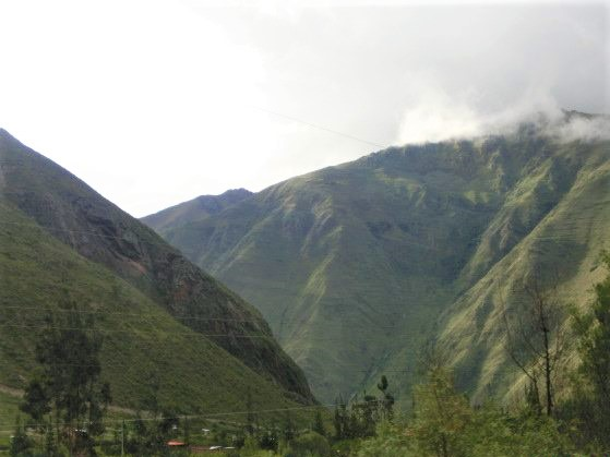 マチュピチュへ向かうインカレールから見た景色