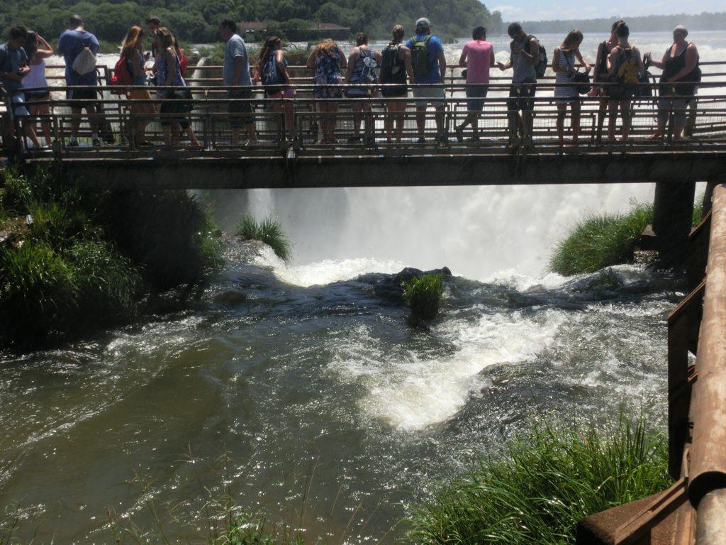 イグアスの滝の悪魔の喉笛を眺めるための橋の上の様子
