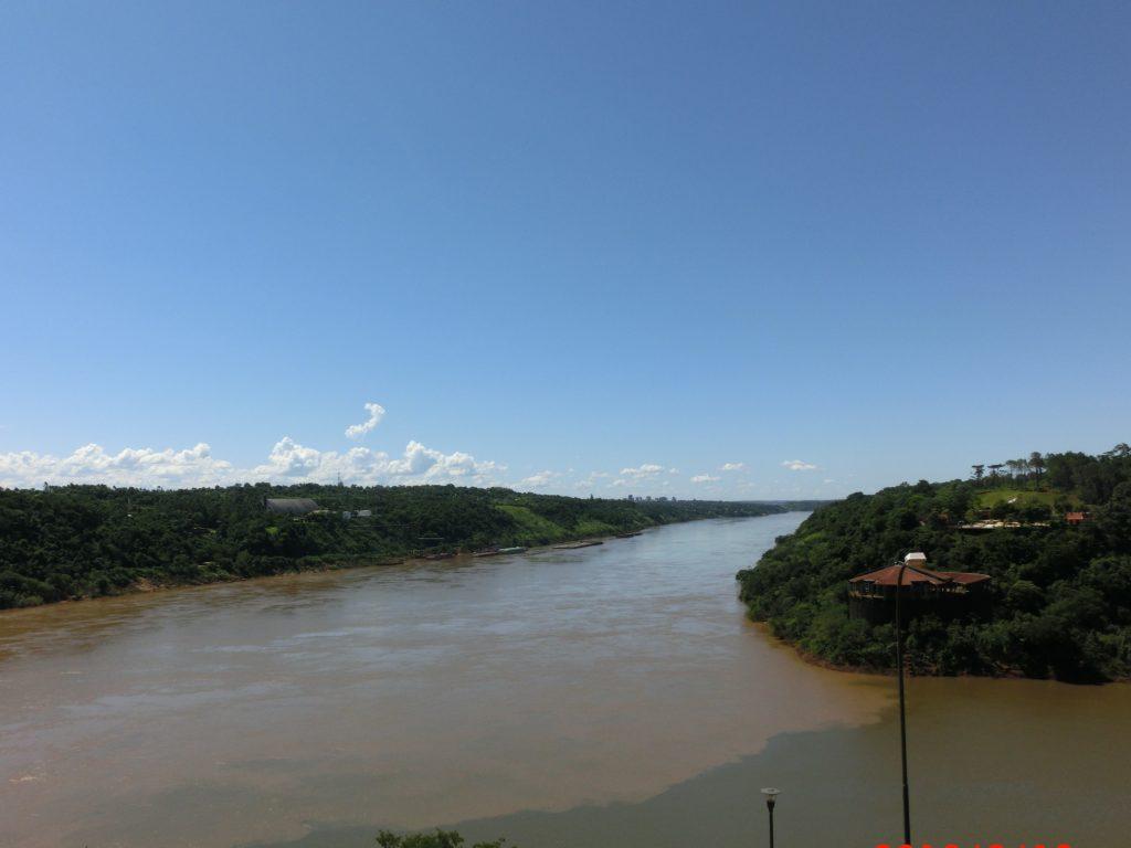 アルゼンチン側から見たイグアスの滝の三国国境展望台(Hito Tres Fronteras)