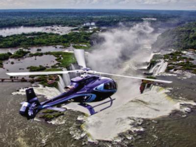 イグアスの滝の上を飛ぶヘリスール(Helisul)のヘリコプター