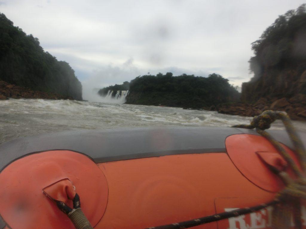 イグアスの滝のマクコサファリ(Macuco Safari)で、イグアス川を進むボート