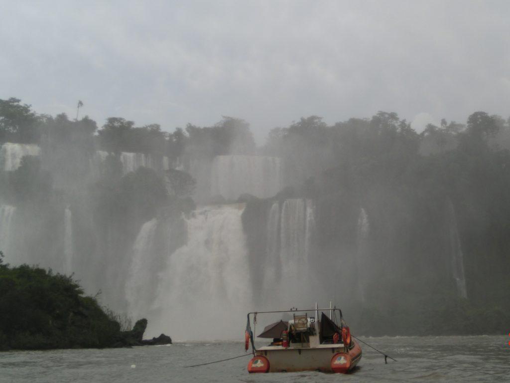 イグアスの滝のマクコサファリ(Macuco Safari)で、滝壺の中に入っていくボート