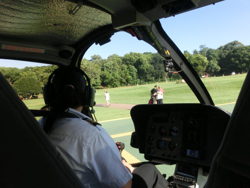 イグアスの滝の上を飛ぶヘリスール(Helisul)のヘリコプター内の様子