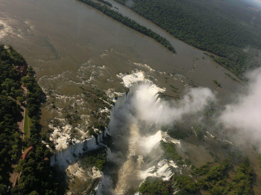 ヘリコプターから見たイグアス川が悪魔の喉笛に吸い込まれていく様子