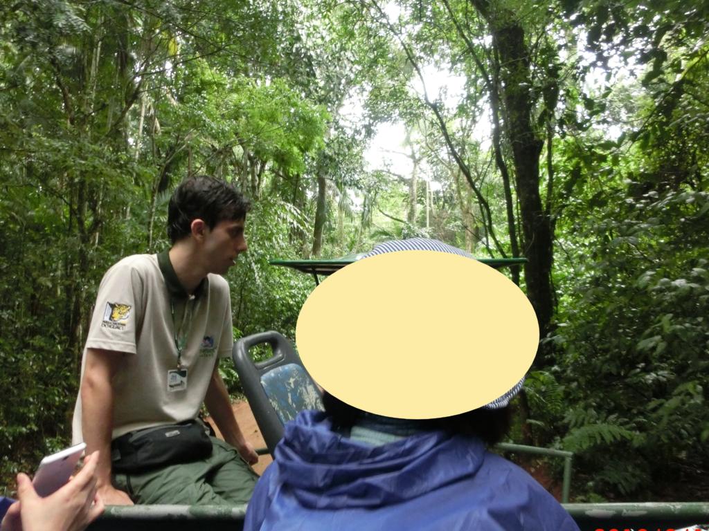 イグアスの滝のマクコサファリ(Macuco Safari)で、国立公園の中を進むジープ内の様子